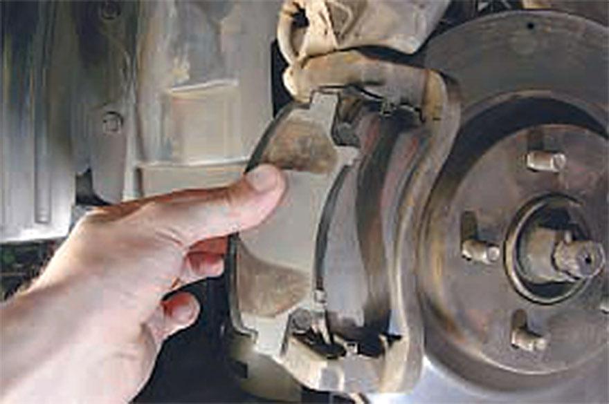 Демонтируются тормозные колодки, расположенные с  внутренней стороны